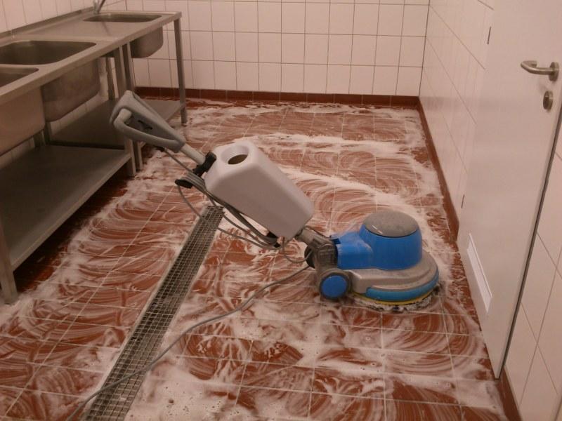 Strojové čistenie podláh a upratovanie po stavbe